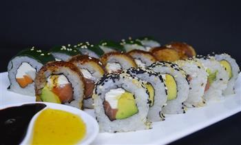 Barra libre de makis + wantanes rellenos de lomo + 1 bola de helado en Sushi House.