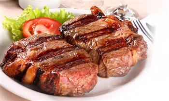 Parrilla para 2: bife de res + chuleta de cerdo + anticuchos + chorizos y mas